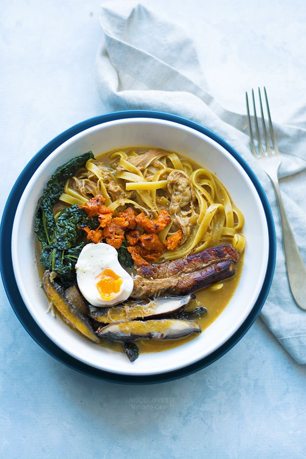 The ultimate ramen recipe with easy-to-find ingredients! You will fall in love with this italian recipe // best ramen broth, homemade, tagliolini, italian noodles, pork and chicken broth, soft boiled eggs, pumpkin, kale, portobello mushrooms, comfort food, gluten free, pasta ideas, veggies, christmas recipe // Ramen all'italiana con tagliolini in brodo