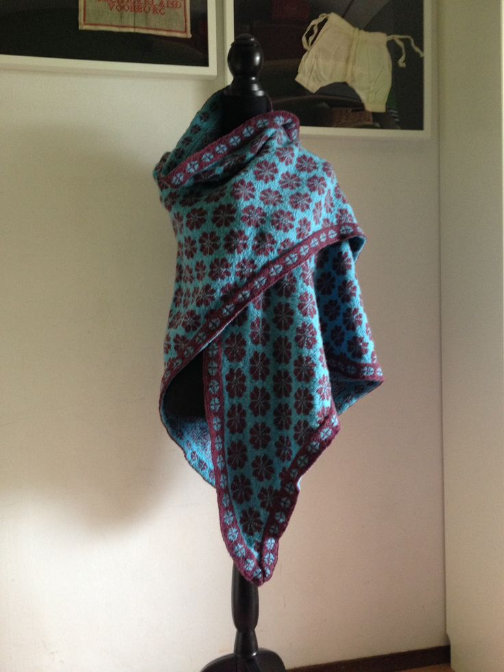 Sjaal van shetland wol met twee motieven van de eiland shawl uit het boek Öland breien van Marja de Haan.