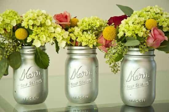 vase avec de vieux bocaux en verre recyclés
