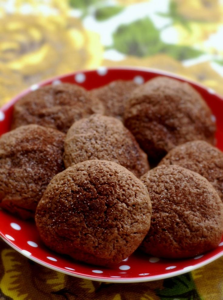 Om det är någonting i livet man aldrig kan få för mycket av så är det choklad. Det fina med de här små kakorna är att de på sätt och vis är chokladkakor i dubbel bemärkelse, eftersom det både är smält choklad i själva smeten och bitar av choklad inuti. Man gör dem så här:2 dl hackad choklad 1