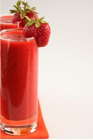Для приготовления клубничного напитка понадобится:      * 2 чашки спелой клубники     * 1 ст. ложка сахара     * ванильный сахар     * 1 чашка холодной воды (можно разбавить с содовой)     * 1 ст. ложка свежевыжатого лимонного сока     * лед  Приготовление:     1. Разрежьте клубнику на тонкие ломтики. Посыпьте порезанные ягоды сахаром и ванильным сахаром, поставьте на пару часов в холодильник, чтобы клубника пустила сок.    2. Смешайте клубнику с водой и свежевыжатым лимонным…