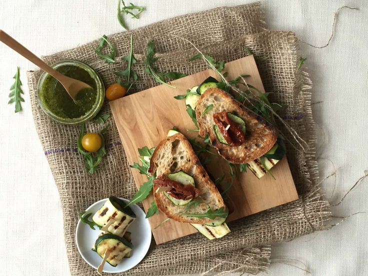 Sandwich gegrilde courgette met pesto en rucola. Een echt taartje voor de lunch als je het mij vraagt.