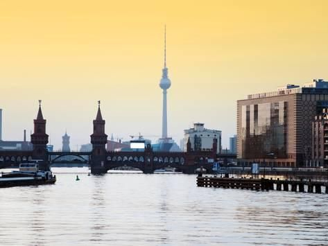 Berlin Oberbaumbrucke with Tv Tower at Sunset Fotografisk trykk av Synchropics hos AllPosters.no