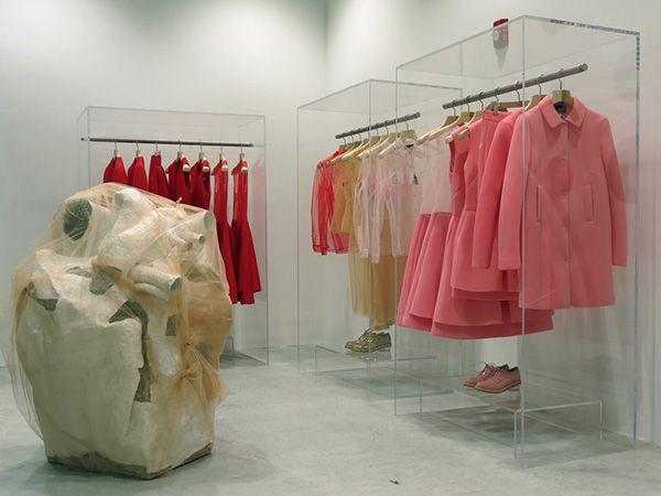 Me gustan las estanterías transparentes y la disposicion de los colores de las prendas