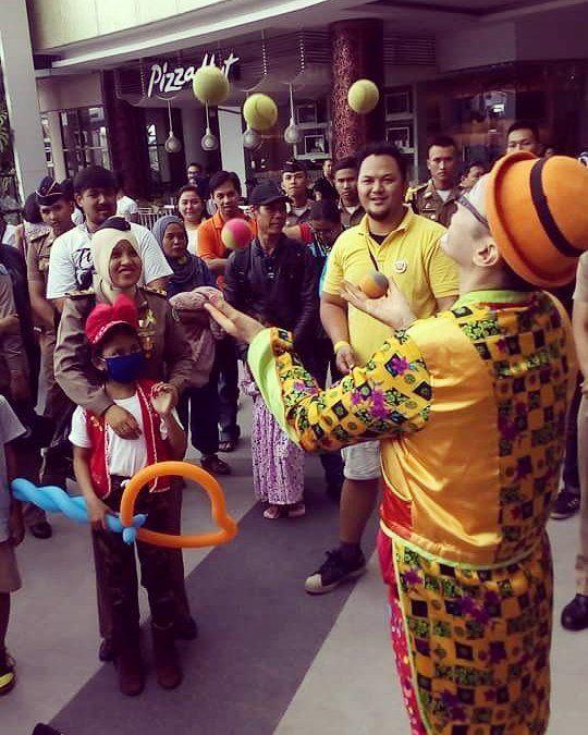 21february2016 #fightcancer #wecare #weshare #worldcancerday #heartofgold #beranigundul #loveiscure #happyheartdoesgoodlikemedicine #ykaki #bandung #westjava #indonesia #indonesianclownalley #charityshow spread the #happiness throught #balloon #juggling and #clown act! :) by simluvmar