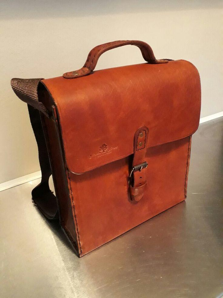 Leather shoulder bag . Handstiched
