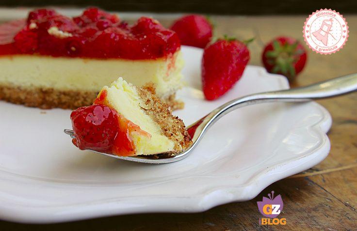 La torta alle fragole senza cottura è una ricetta facile, veloce e golosissima che si prepara in poco tempo ed è freschissima.