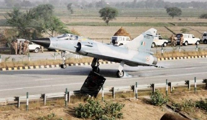 A Indian Military Fighter Jet Lands On A Civilian Highway. #IndianAirForce #IAF #Military #FighterJet #CombatJet #Jet #IndianHighways #YamunaExpressway