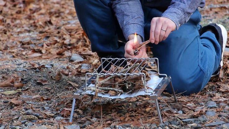 ポケットに入れて持ち運べる超コンパクトで軽量なバーベキューグリル。    ポケットサイズに小さく収納できるコンパクトで最軽量級のバーベキューグリル。バッグや手荷物に忍ばせておけば、いつでもどこでもBBQが始められます。さらに焼網を取り外せば大きめのソロ用焚火台としても使うことができる2way仕様。BBQの後は焚き火をしてゆらめく火を眺めながらコーヒーを飲んでしみじみするのもいいかもしれません。バイクツーリングやソロキャンプ、登山などに活躍する持ち運びに便利なバーベキューグリルです。  DOPPELGANGER OUTDOOR (ドッペルギャンガーアウトドア) 略してDOD。  #キャンプ #アウトドア #テント #タープ #チェア #テーブル #ランタン #寝袋 #グランピング #DIY #BBQ #DOD #ドッペルギャンガー #camp #outdoor