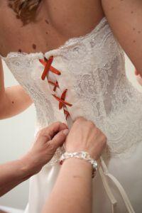 L'abito può essere decorato con accessori arancio come un nastro, le scarpe o la crinolina