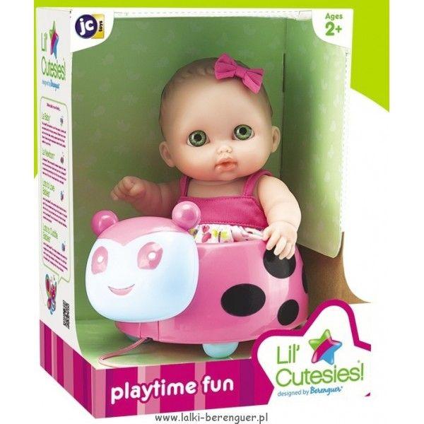 Bibi w biedronce - Lil Cutesies Laleczka z serii Lil Cutesies - Bibi w super pojeździe biedronce, który można ciągnąć na sznureczku! Super słodki zestaw dla każdej dziewczynki