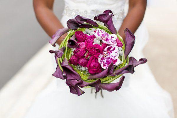 bouquet calle viola e rose rosse e orchidee