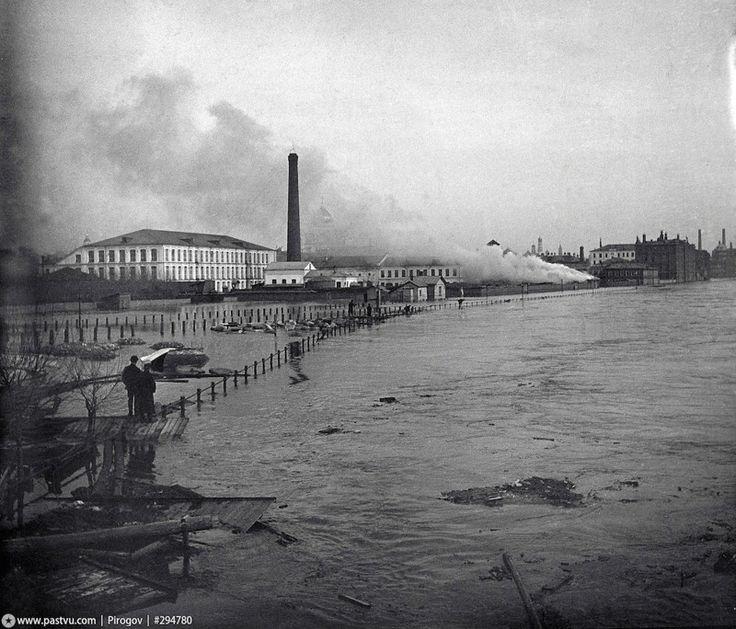 Никольский мост (сейчас на его месте Крымский) и Пречистенская набережная