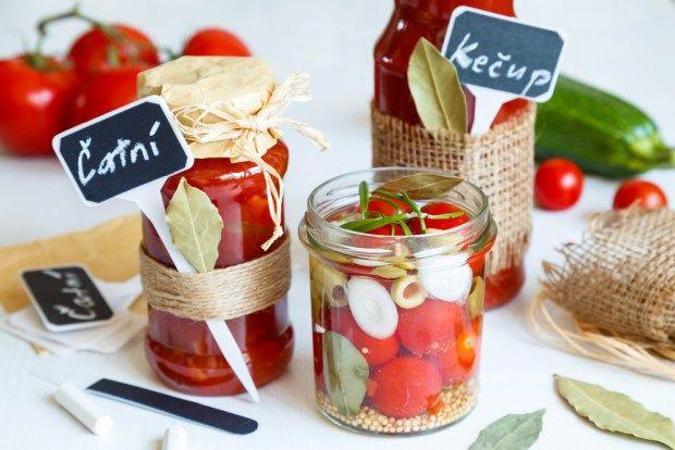 Ve sklenicích ozdobených jutovou stuhou se ukrývá skvělé mátové čatní z cukety a rajčat. Na blogu najdete postup, jak na to.