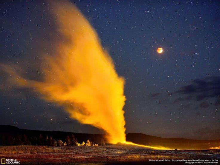 Извержение гейзера Старый служака во время полного лунного затмения. Йеллоустонский национальный парк, США
