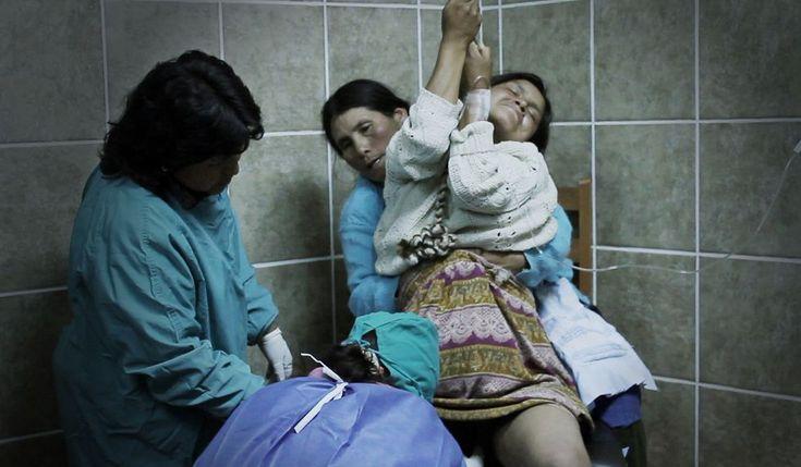 Parir de pie para mejorar la salud materna. Desde hace una década, un grupo de médicos y matronas ha reconquistado el parto vertical y se han convertido en modelo internacional