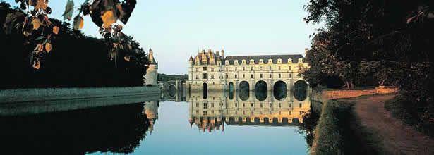 Levantado a orillas del río Cher, el castillo de #Chenonceau tuvo su época de esplendor gracias a las ampliaciones y mejores realizadas sucesivamente por Diana de Poitiers, amante del rey Enrique II y Catalina de Medicis, su esposa. #Loire #Francia