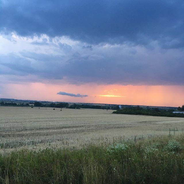 Ešte nezapadlo slnko všetkých dní. 😍 #sunset #sunny #sunnyday #evening #beautifulday #beautifulview #sky #cloud #clouds #field #nature #naturephotography #naturalbeauty #withmylove #iphoneonly #iphonephotography Natural Beauty from BEAUT.E
