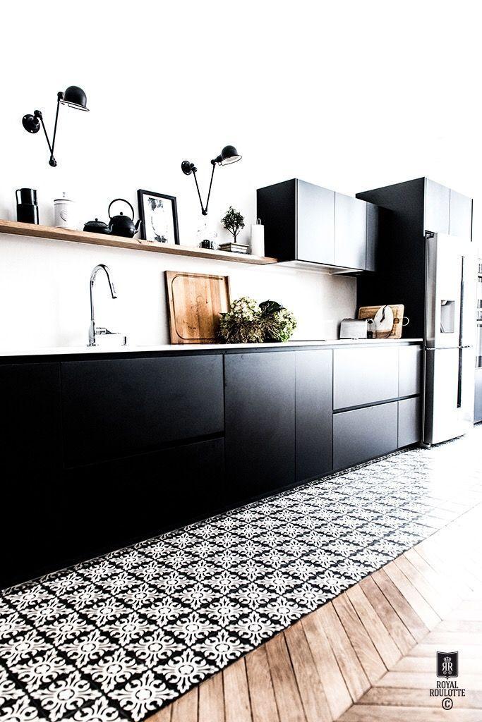 armoires noires, étagères ouvertes, appliques noires, parquet en chevrons, graphi