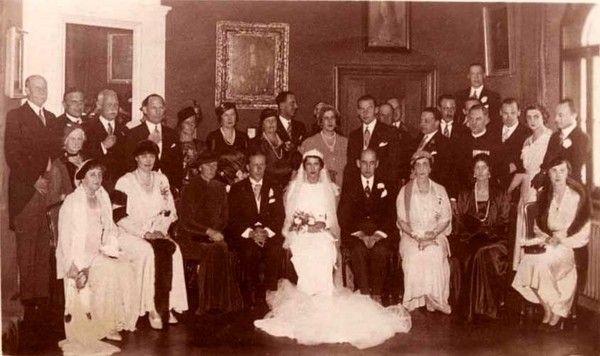 Il s'agit d'une photo prise probablement au château de Seefeld en Bavière  lors du mariage le 10 janvier 1934 de la princesse Elisabeth de Grèce et de Danemark et du comte Carl Theodor zu Toerring Jettenbach     La princesse Elisabeth  (1904-1955) était la seconde fille du prince Nicolas de Grèce et de Danemark (1872-1938) et de la grande-duchesse Hélène Wladimirovna de Russie (1882-1957)  Carl Theodor, comte zu Toerring Jettenbach (1900-1967)  était le fils du comte Hans Veit (1862-1929) et…