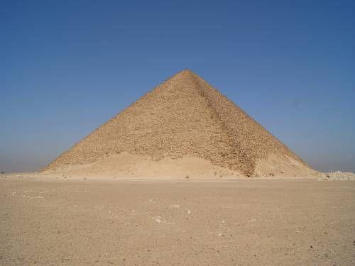 Вход в Розовую пирамиду традиционно находится на ее северной стене, ведущие в камеры царя и царицы, были запечатаны задолго до христианской эпохи, тогда инициируемые в Мистериях Пирамиды в более позднее время должны были использовать какие-то неизвестные подземные галереи. Правда пирамида Хеопса имеет несколько другой наклон северной грани. Сквозь зелень деревьев местами виднеется водная гладь оросительных каналов.  Розовая пирамида имеет правильную стереометрическую пирамидальную форму…