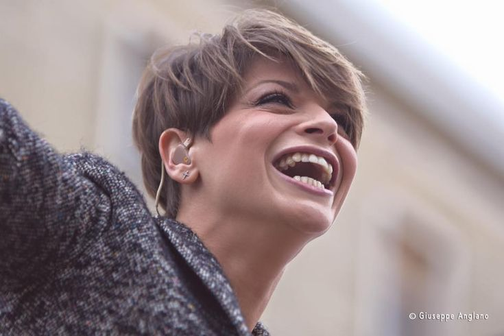 """Alessandra Amoroso incontra i fan al """"Campania"""" e firma le copie dell'album """"Vivere a colori"""". TUTTE LE FOTO a cura di Redazione - http://www.vivicasagiove.it/notizie/alessandra-amoroso-incontra-i-fan-al-campania-e-firma-le-copie-dellalbum-vivere-a-colori-tutte-le-foto/"""