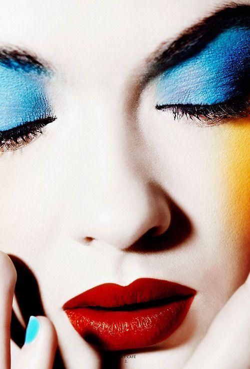 Blue eyeshadow, red lips #Makeup