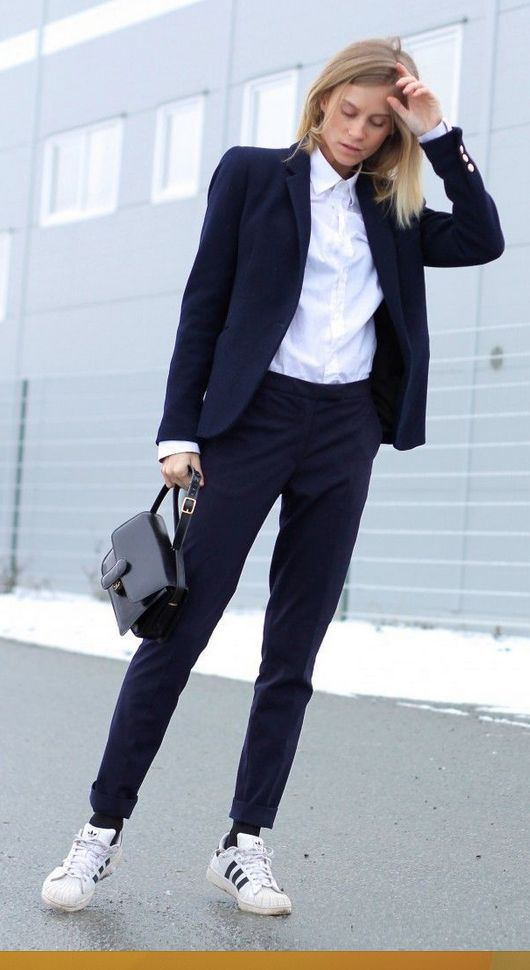 Ziehen Sie das Hemd bis zum letzten Knopf an, aber heben Sie den Look mit einem Adidas wie Tine Andrea auf. thefashioneaters.com