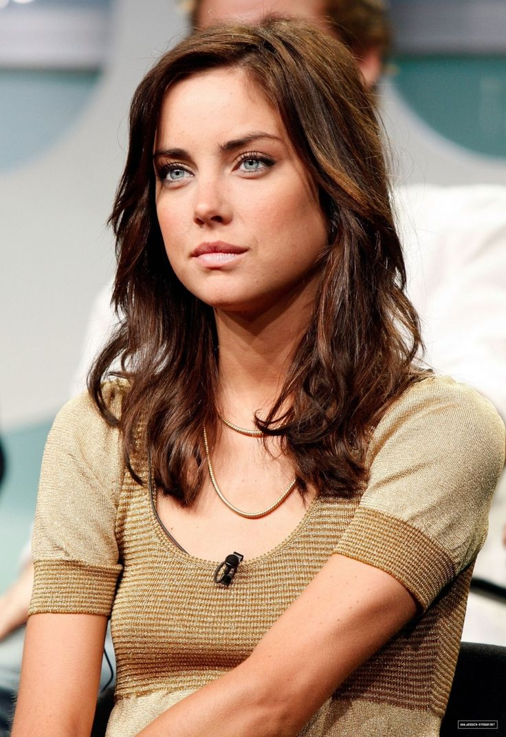 Love Jessica Stroup. Love her hair color even more.