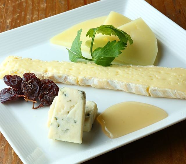 新宿Refrain チーズ3種類盛り合わせが新しくなりました。 ・ケソ・マンチェゴ/スペイン/羊 ・ブリー・ド・モー/フランス/牛 ・ゴルゴンゾーラ/イタリア/牛 ◆ケソ・マンチェゴあるいは単にマンチェゴは、スペインのラ・マンチャ地方を発祥とする、羊乳を原料としたチーズ。 スペインでは最もメジャーなチーズと評されています。  ケソはスペイン語でチーズの意味で、マンチェゴは地方名を表します。 原料乳の羊はマンチェガ種を使用することと規定されています。 ◆ブリー・ド・モーは、フランスを代表する牛乳を原料とした有名な白カビチーズで、「チーズでできたお菓子」と称されているチーズです。 その風味は「上品」と評され、「チーズの王様」とも称されます。 日本では白カビのチーズと言えばカマンベールチーズが有名ですが、ブリーチーズはカマンベールチーズよりもさらに古い歴史を持ちます。 ブリーチーズの製法がカマンベール村に伝わって生まれたのがカマンベールチーズだと言われているほどです。 ◆ゴルゴンゾーラは、ブルーチーズ(青カビタイプ)の一種で、イタリアの代表的なチーズの一つです。…