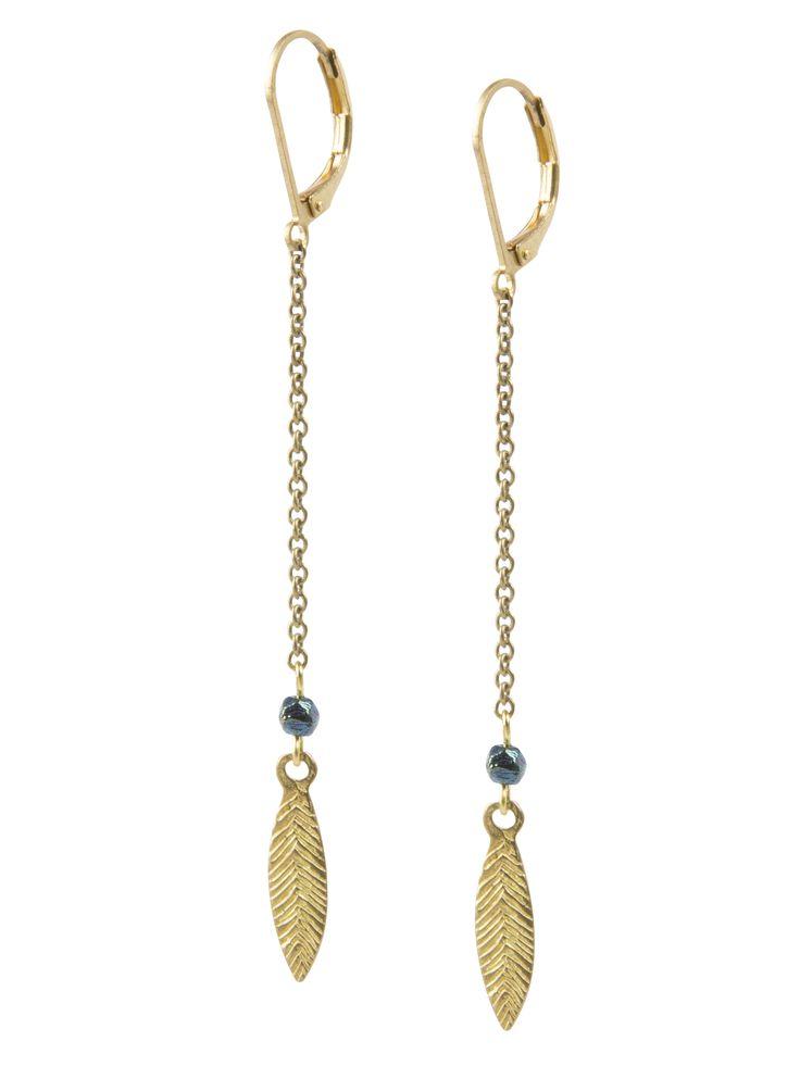Oorbellen in oud-goud met strass steentje in zeegroen mêlée. De lengte van de oorbellen is cm en het metaal is nikkelvrij.