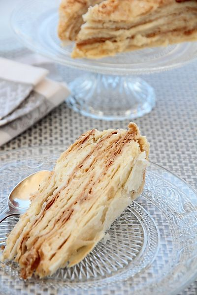 Слоеный торт бабы Лизы • Продукты даны на торт диаметром 26 см.  Тесто:  350 гр белой пшеничной муки  200 гр сливочного масла  200 гр сметаны (любой жирности)  1/8 ч.л. соли  Крем:  2 яйца  70 гр белой пшеничной муки  250 мл  молока  150 гр  белого сахара  Ваниль  250 гр сливочного масла  или  250 гр сливок ждя взбивания (жирностью от 36% и выше)