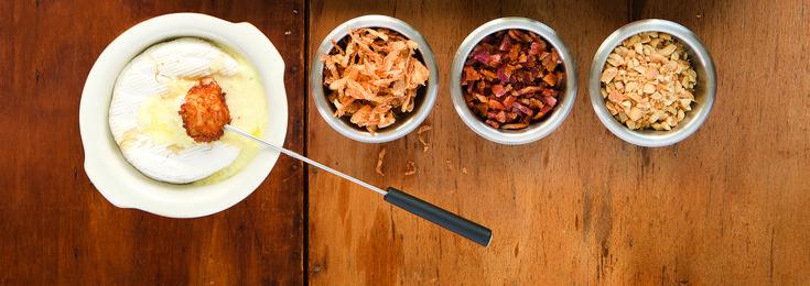 Le concept Double Dip est très simple! Vous n'avez qu'à aménager une station de double trempage, comment ? :   Après la cuisson dans le bouillon, lassez l'aliment dans la sauce ou le brie, puis dans une garniture croustillante.    Station double trempage, soit la garniture croustillante. (Laissez aller votre imagination!) :   - Chapelure assaisonnée - Graine de sésame - Fines herbes fraîches - Oignons frits - Morceaux de bacon croustillant - Arachides concassées - Etc.