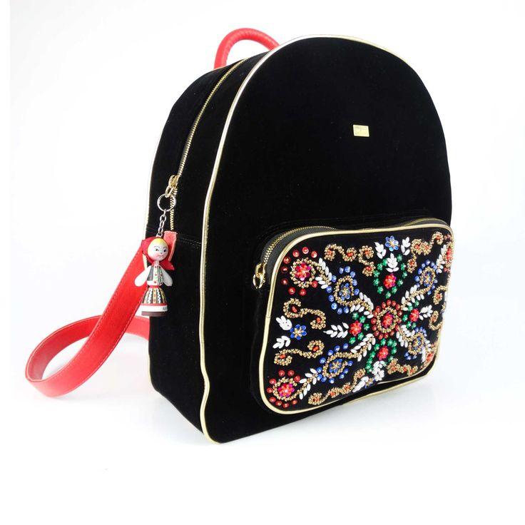 Rucsac de damă Mineli Mara Backpack Red este realizat din piele naturală camoscio negru șiarmonizat cu detalii pline de simboluri maramureșene și perle cusute manual, linie cu linie, simbol incontestabil al tradiției românești. Mineli este primul brand de încălțăminte care…