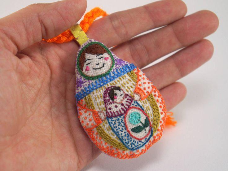 Reservada para Holly/Natalia, matrioska mini con matrioskita a mano, muñeca rusa (colgante para bolso, llavero, compañía, etc.) by Gineceo on Etsy