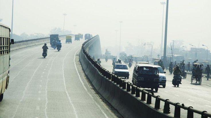 Capitale de l'Inde, New Delhi compte près de 20 millions d'habitants et, comme à Mumbai, les détritus s'amoncellent un peu partout, à quoi s'ajoutent les excréments des animaux (vaches sacrées, chiens, et macaques qui sont très nombreux) et aussi des humains, la pollution générée par les véhicules qui sont de plus en plus nombreux (on estime qu'il y a 1000 véhicules de plus par jour dans les rues de New Dehli) et très polluants ainsi que les usines environnantes. Un autre problème est apparu…