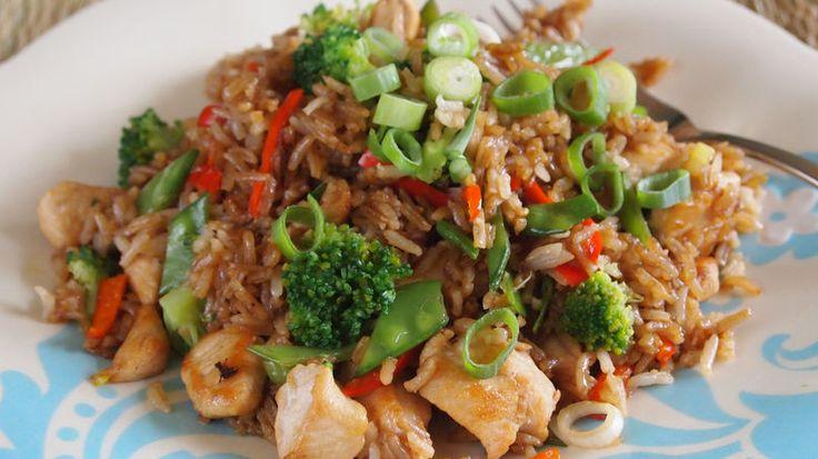 """Chifas en Perú son los restaurantes de comida china y tienen una popularidad increíble. Es por eso que, cada vez que hay algo que celebrar o, simplemente queremos ver a nuestros amigos, vamos por """"un chifita"""", que significa un suculento banquete oriental.Algunos de esos maravillosos platos son muy fáciles de hacer en casa, con cuantas variantes se pueda uno imaginar. En el caso del arroz chaufa. Este puede hacerse con cerdo asado, como es tradicional, pero también hay versiones caseras…"""