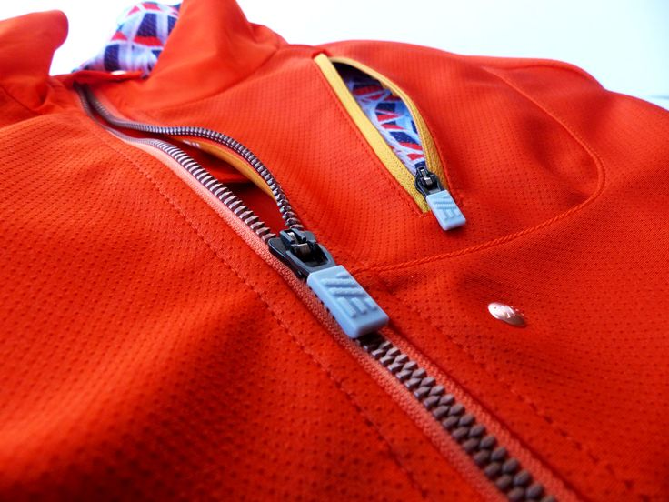 SWEARE XC 50/50 Jacket in the color Orange break is closed at the front with a YKK metalluxe zipper in a copper finish. The zipper is a plastic look-a-like metal zipper to give the jacket a casual look. The zip is also placed off centre to give more place for the chest pocket. The jacket are perfect for autumn and winter running and of course for XC skiing. All design and development made in Åre, Sweden. #älskasnö #vasaloppet #älskaåre #längdskidåkning #running #trailrunning #vinter
