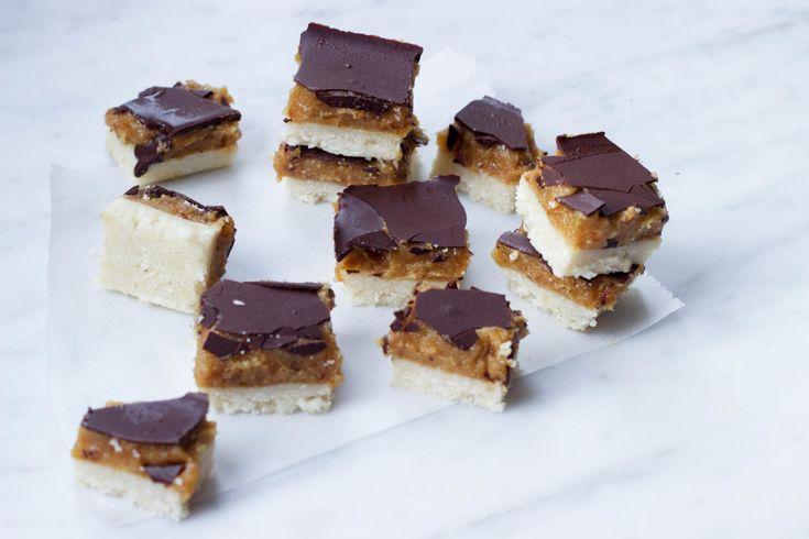 Serieus, wat is nou feestelijker dan vegan snickers?! I mean die caramel én chocola én kokosbodem - beter dan dit wordt het niet jongens! Ik vraag jullie dan ook vriendelijk zo snel mogelijk de keuken in de rennen en jezelf te trakteren op deze no bake vegan snickers!