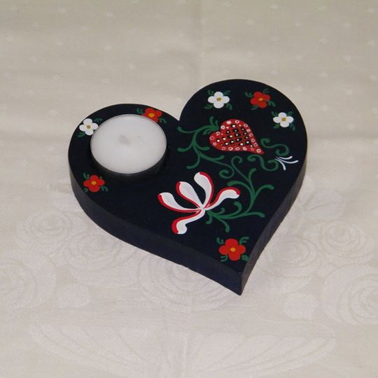 Hand painted wooden candle holder:~ 12 cm x 12 cm x 1,8 cm