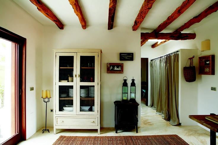 Armario para vajilla con puertas de tela gallinero en el - Cortinas para pasillos ...