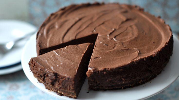 Csokirajongóknak egy tökéletes, egyszerű csokitortát hoztunk mára, amit még sütni sem kell. Az eredmény pedig egyszerűen mennyei!!
