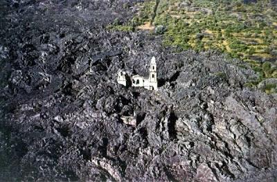 Iglesia de San Juan de Paricutín entre lava.