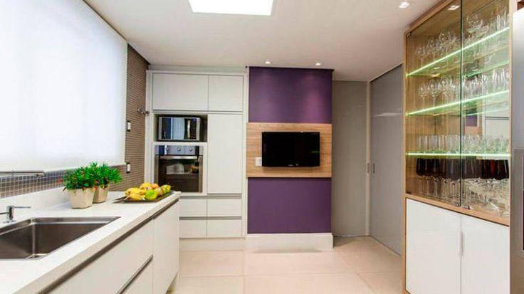 Parede roxa. Para quem gosta mesmo de ousar, o roxo pode ser uma grande aposta na hora de decorar a cozinha. Neste projeto da Juliana Pippi, a parede fez toda a diferença no estilo do ambiente.