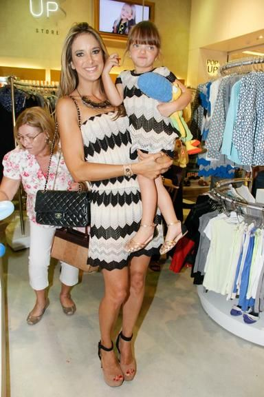 Ticiane Pinheiro e Rafaella Justus - veja mais mamães que usaram looks iguais ao dos filhos