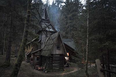 5. Strašidelný hrad, anebo příbytek rodiny Weasleyových z Harryho Pottera? Ať tak či tak, této chatě rozhodně nelze upřít atmosféru.