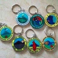 Ready Sisa Stock Gantungan Kunci Bulat  Taman Nasional G.Rinjani Taman Nasional Merapi Taman Nasional G.Ciremai Taman Nasional G.Kerinci  Taman Nasional Pangrango   Harga satuan Rp 10.000 ( min 5 pcs ) Harga 1 Lusin Rp 90.000 ( isi 12pcs ) Bisa Campur   mongo di order  Salam Rimba