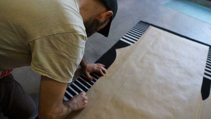 No existen procesos industriales en la mayoría de nuestras piezas, cada tela nos pide una desviación del patrón o un reajuste.Por eso cada pieza que sale del estudio es única.