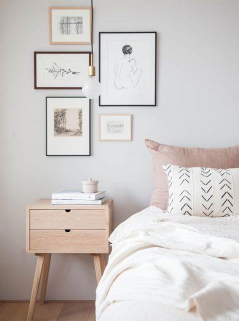 Dormitorio nórdico en tonos blanco, gris, rosa y madera clara. Foto…