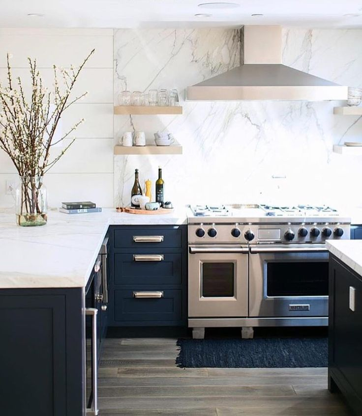 Today on the blog we are continuing our designer spotlight series -- we are sharing the amazing designs by @wendyworddesign. Love this navy kitchen -- more images + details on Beckiowens.com.  @ryangarvin